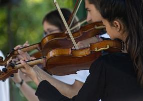 Fille qui joue du violon