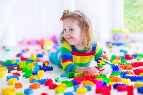 Petite fille qui joue