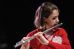 Fille qui joue de la flûte