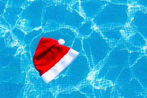 Bonnet de Noel dans la piscine