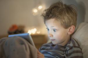 Petit garçon avec tablette tactile