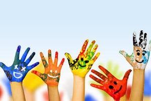 Mains avec de la peinture