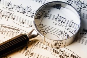 Partition musique et loupe