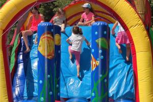 Enfants qui jouent sur structure gonflable