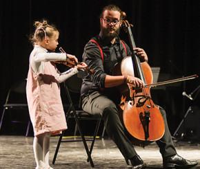Petite fille sur scène