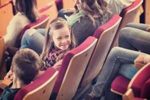 Petite fille qui assiste à un spectacle