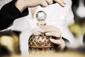 Baudruchage d'un flacon de parfum