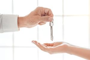 Personnes qui échangent des clés