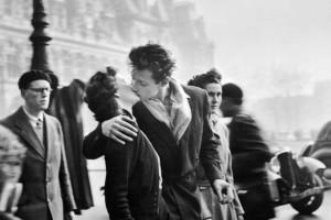 Un couple qui s'embrasse sur une photo de Robert Doisneau