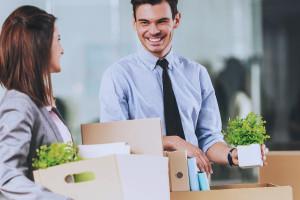 Salariés avec cartons dans les mains