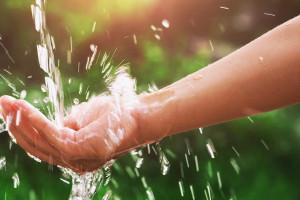 Main avec de l'eau